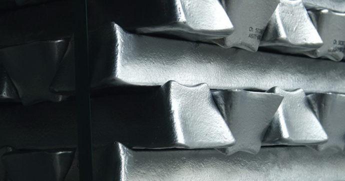 Alluminio sui massimi da 10 anni, previsti ulteriori rialzi nei prossimi mesi. Incognita materie prime sulla ripresa