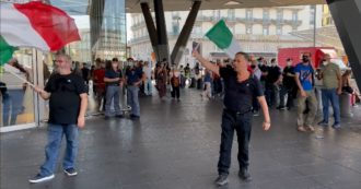 Da Napoli a Torino, le iniziative contro il green pass sono deserte: alle stazioni ci sono più giornalisti che manifestanti – Il video