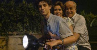 """Venezia 78, straordinario Paolo Sorrentino. Tra Maradona, Napoli e la sua autobiografia, """"È stata la mano di Dio"""" incanta e reclama il Leone d'Oro"""