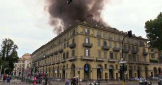 Torino, in fiamme un palazzo di fronte alla stazione di Porta Nuova: la colonna di fumo visibile in tutta la città – Video