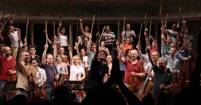 """Ezio Bosso, il Teatro della bassa padana (che fu una delle sue case) celebra il """"Maestro della musica libera"""": sul palco 30 colleghi e amici"""