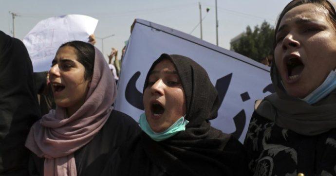 """Afghanistan, i Talebani vietano lo sport alle donne: """"Espongono i loro corpi"""". Proteste nelle strade contro il governo di soli uomini"""