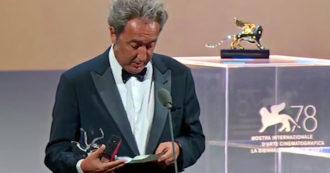 """Festival di Venezia, Paolo Sorrentino in lacrime col Leone d'argento: """"Al funerale dei miei genitori pochi amici. Qui c'è tutta la mia classe, siete voi"""""""