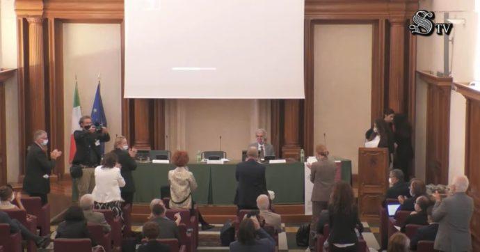 """""""Covid? Curabilissimo"""": il convegno al Senato che consiglia farmaci non autorizzati, vitamine, liquirizia, passeggiate nei boschi"""