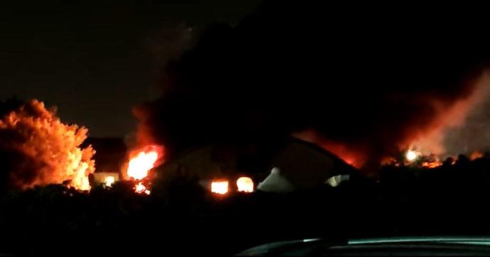Roma, incendio nell'ex fabbrica di Penicillina a San Basilio. Una persona ustionata