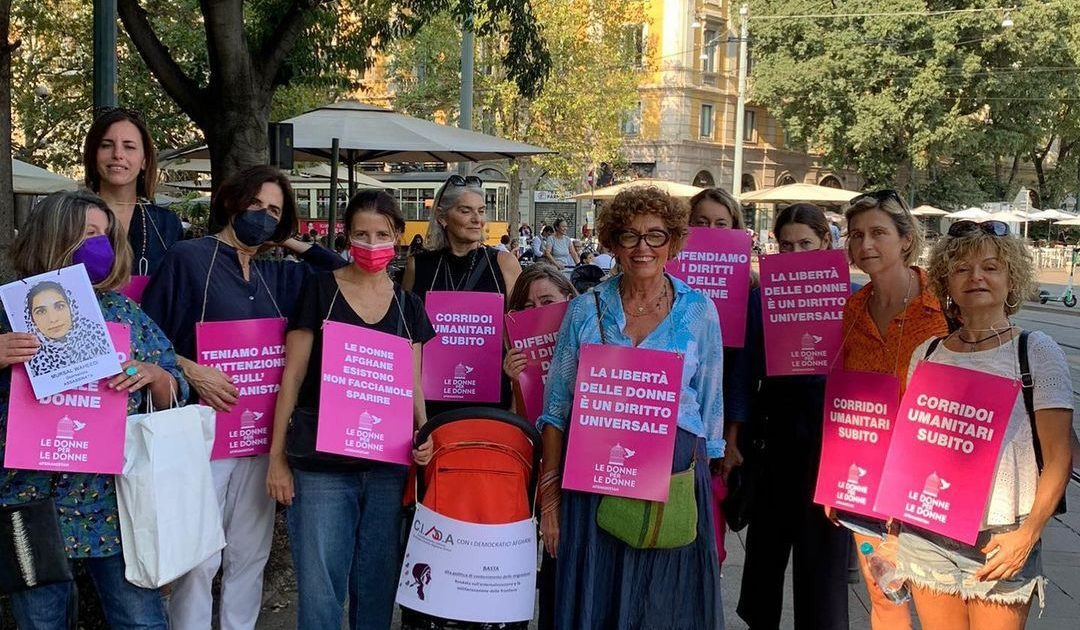 """Afghane in fuga: in Italia è nata una rete di """"donne per le donne"""" pronta a supportare il governo"""