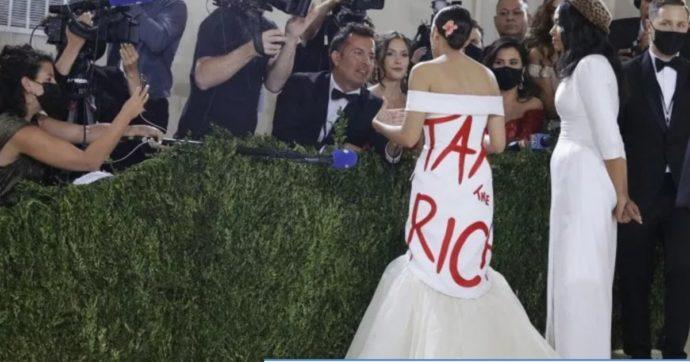 """Met Gala 2021, Alexandria Ocasio-Cortez, con l'abito-manifesto """"Tassate i ricchi"""" porta la politica all'evento più esclusivo di New York"""