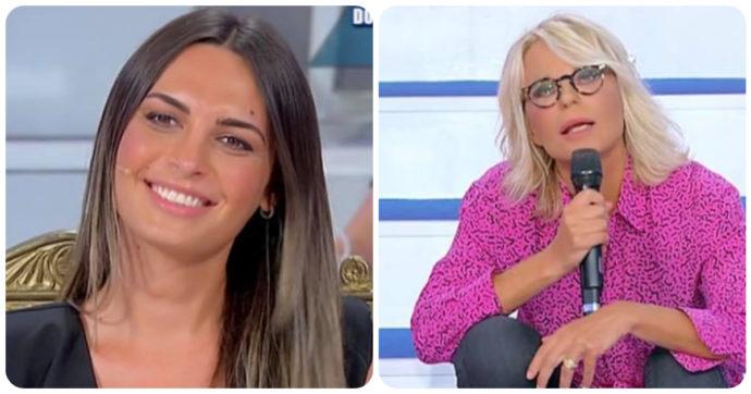 """Uomini e Donne, Maria De Filippi presenta la tronista Andrea Nicole e racconta: """"La prima volta ti guardavo come una imbecille"""""""