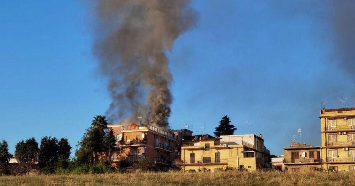 "Esplode palazzina, tre feriti a Roma ""Una fuga di gas"""