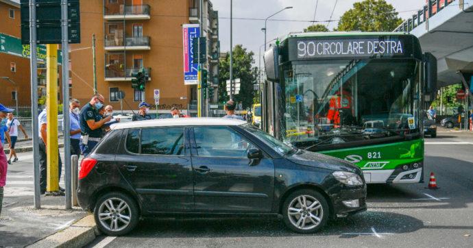 Milano, filobus si scontra con un auto in zona Fiera: 14 feriti, nessuno è grave