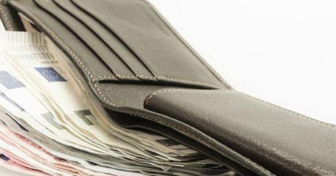 Trova un portafoglio con 10 mila euro nel carrello di un supermercato e lo porta in commissariato