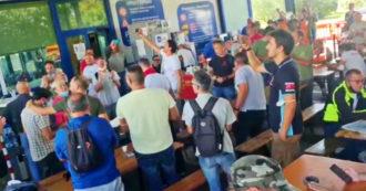 Gkn, i lavoratori in festa cantano dopo la revoca dei licenziamenti – Video