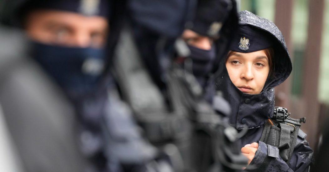 """Polonia, i 3 km 'blindati' al confine con la Bielorussia dove i migranti muoiono per il freddo. L'Ue punisce Minsk: """"Favorisce il traffico"""""""