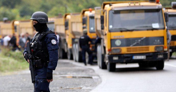 Kosovo, la polizia impone targhe temporanee alle auto in arrivo dalla Serbia: tensioni al Nord