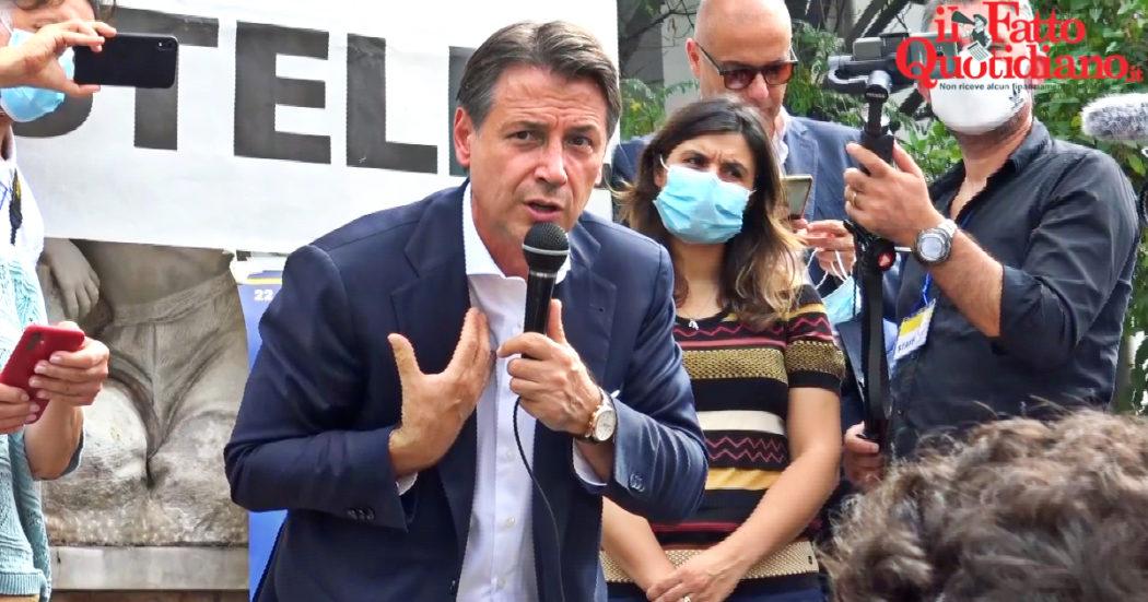 """La piazza di Reggio Calabria per Conte: """"Città abbandonata dai partiti di destra e sinistra, ora ci fidiamo di lui"""": il comizio tra cori e selfie – Video"""