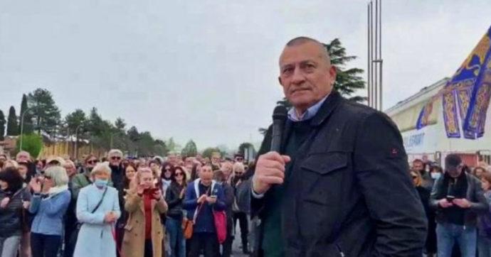 """Treviso, il sindaco no vax porta il suo ufficio fuori dal municipio: """"Senza green pass non posso entrare a lavorare"""""""