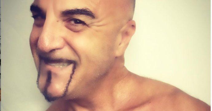 """Dj Aniceto: """"Mi sono tatuato il Green Pass sul cuore, lo dedico a Mario Draghi. I no vax? Criminali ignoranti"""""""