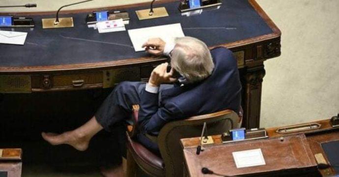 Vittorio Sgarbi a piedi nudi alla Camera: la foto