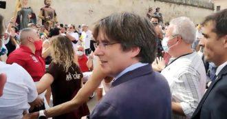 Carles Puigdemont, folla e applausi ad Alghero per il leader indipendentista catalano. L'abbraccio con il sindaco Conoci