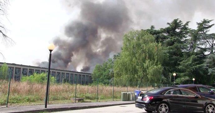 """Monza, incendio nello stabilimento dell'ex Snia di Varedo: a fuoco 2mila tonnellate di rifiuti. Il comune: """"Nessuna nube tossica"""""""