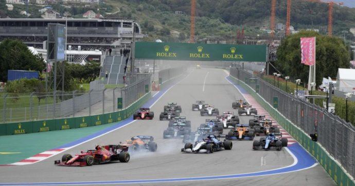 Formula 1, la pioggia stravolge tutto a 10 giri dal termine del Gp di Russia: vince Hamilton, Ferrari terza con Sainz. Delusione per Norris