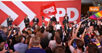 Elezioni in Germania, l'entusiasmo dei socialdemocratici dopo il voto: lungo applauso per Olaf Scholz – Video