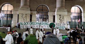 Youth4Climate, gli attivisti occupano piazza Affari a Milano: tende di fronte alla sede della Borsa italiana