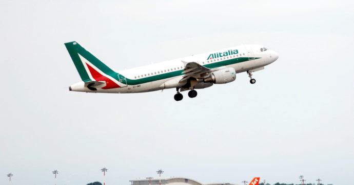 Alitalia, stasera l'ultimo volo della compagnia che ha bruciato 12 miliardi pubblici. Venerdì decolla Ita, con un quarto dei dipendenti