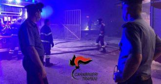 """Campobello di Mazara, tra i braccianti della baraccoppoli andata in fiamme: """"Chiedono più acqua e la rimozione dei cumuli di rifiuti"""""""