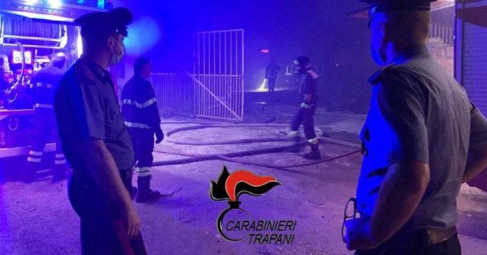 """Incendio nella baraccopoli di Campobello di Mazara: morto un bracciante. In 50 bloccano la strada: """"Vogliamo sistemazione dignitosa"""""""