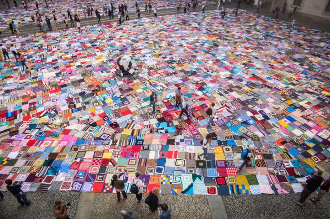 Un tappeto di colori invade Piazza Duomo: a Milano arrivano le coperte di Viva Vittoria contro la violenza sulle donne – FOTO