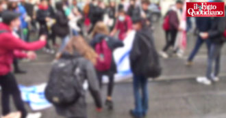 General strike, students snatch banners from the No green pass: