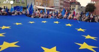 """""""Io resto in Ue"""", la Polonia antisovranista scende in piazza: migliaia di manifestanti sventolano la bandiera con le 12 stelle – Video"""