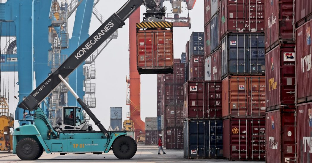 """Green pass, la marcia indietro del governo che teme il blocco dei porti: """"Imprese valutino test gratuiti"""". I portuali triestini: no all'obbligo o stop"""