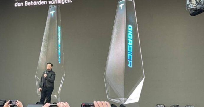 Elon Musk lancia la Gigabier, la birra di Tesla con la bottiglia ispirata al nuovo pick-up futuristico: ecco tutti i dettagli