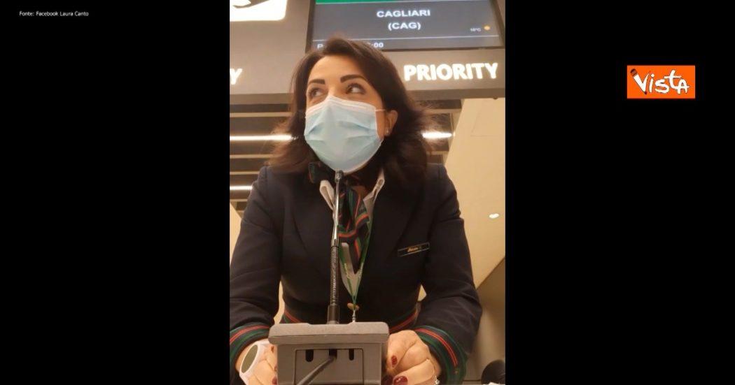 L'ultimo giorno di Alitalia, a Fiumicino una hostess saluta commossa i passeggeri: al gate scatta l'applauso – Video