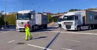 """Green pass, i portuali di Trieste: """"Nessuna proroga, blocco a oltranza"""". Da Verona al Piemonte: possibili disagi nel trasporto pubblico"""