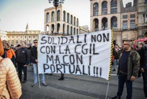 Milano, migliaia al corteo No Green pass non autorizzato. I manifestanti bloccano il traffico: l'obiettivo è raggiungere la sede Rai