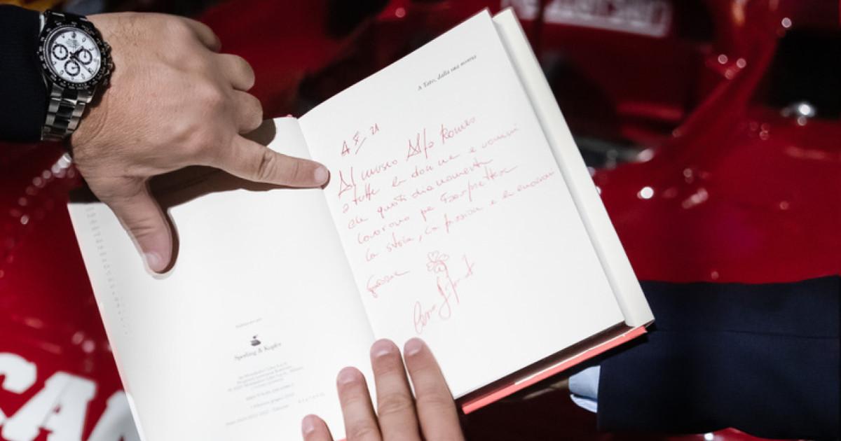 """Una copia de """"L'ultima Leonessa. La vita di Giulia Florio, mia madre"""" donata al museo Alfa Romeo di Arese"""